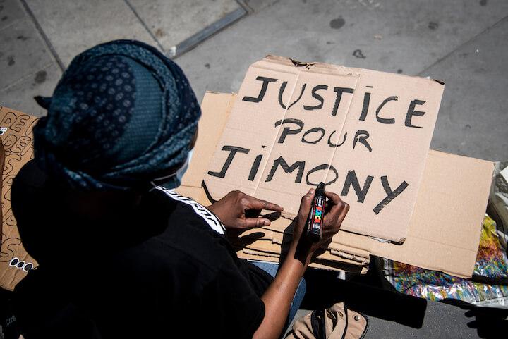 https://backend.streetpress.com/sites/default/files/photo_8_slogan_1300521_nmn_4426_rassemblement_jimony_paris_nnoman.jpg
